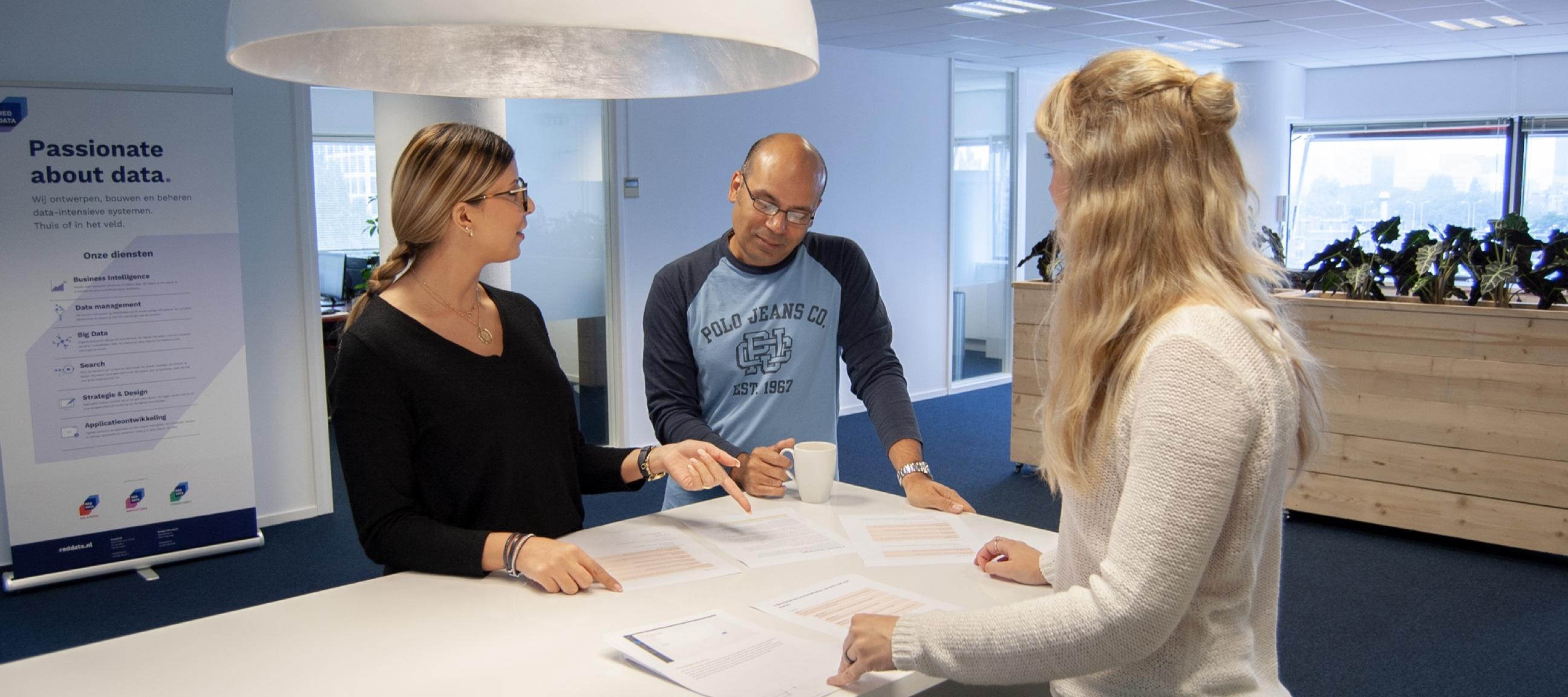 Sfeerbeeld van het ontwikkelteam tijdens een werksessie